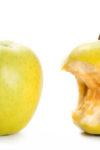 ein Apfel und ein Apfelgriebsch vor weißem Hintergrund
